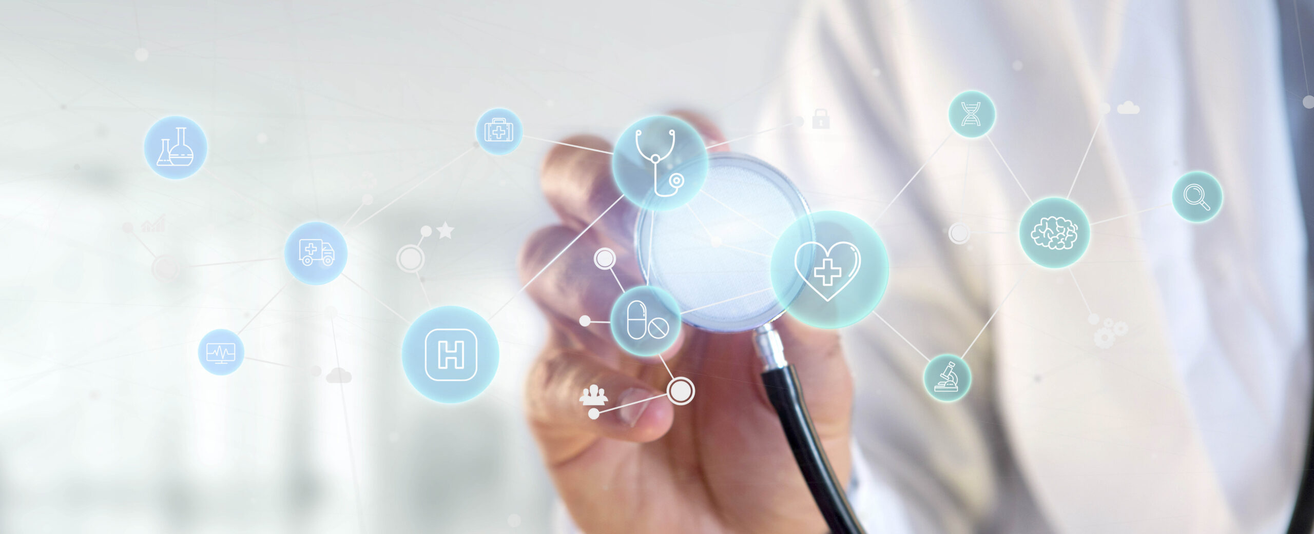 Slide con dettaglio delle mani di un dottore che tengono uno stetoscopio, circondato da icone mediche azzurre.