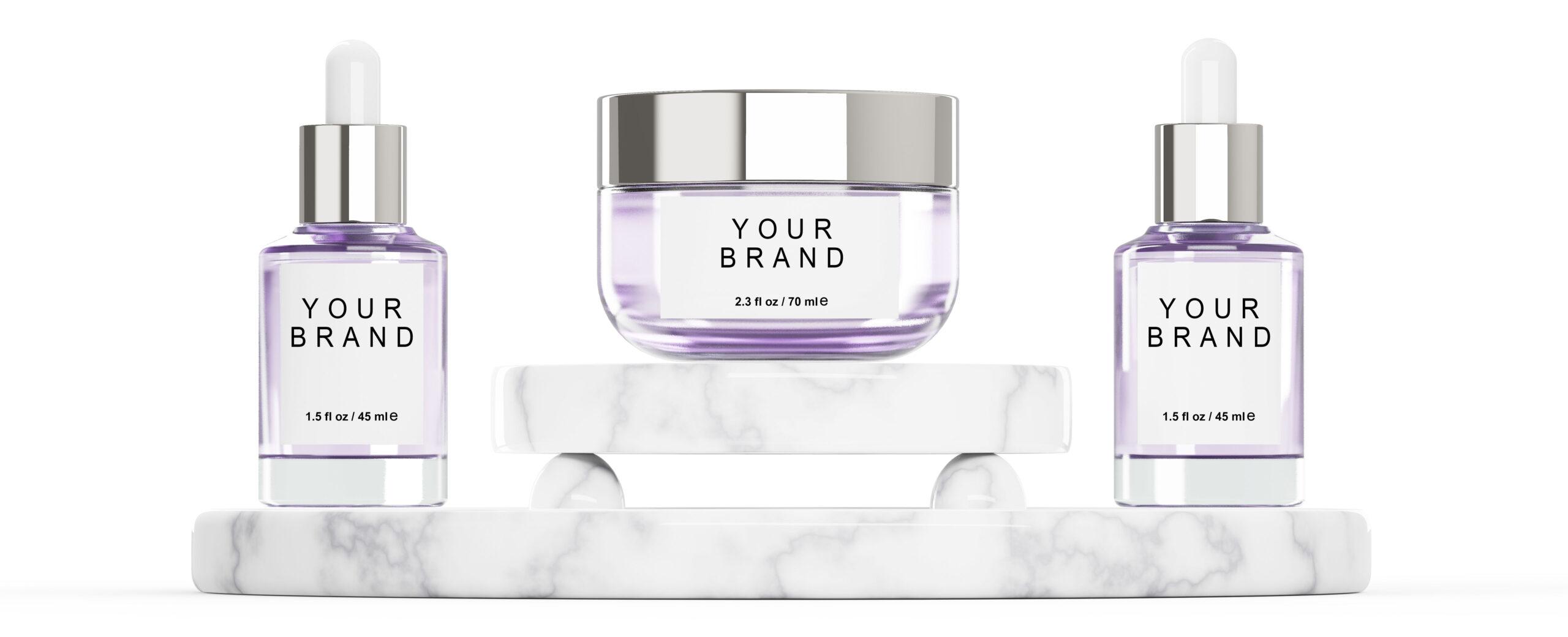 Slide con l'immagine di flaconi e vasetti cosmetici in vetro viola da brandizzare.